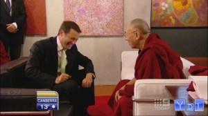 Der Dalai Lama geht in ein Pizza Restaurant