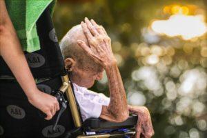 Ein alte Mann starb einsam in einem Heim und schockte die Pfleger.
